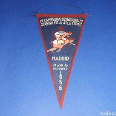 Coleccionismo deportivo: BANDERÍN TELA, IV CAMPEONATOS NACIONALES JUVENILES DE ATLETISMO. MADRID, 13 Y 14 OCTUBRE 1956.. Lote 133589398
