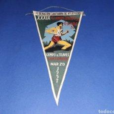 Coleccionismo deportivo: BANDERÍN TELA, XXXIX CAMPEONATOS DE ESPAÑA, CAMPO A TRAVÉS, ATLETISMO F.C.A. SANTANDER, MARZO 1957.. Lote 133589946