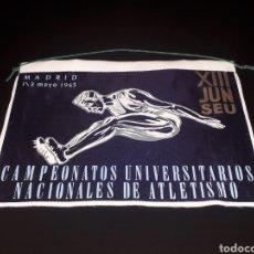 Coleccionismo deportivo: BANDERÍN TELA, CAMPEONATOS UNIVERSITARIOS NACIONALES ATLETISMO XIII JUN SEU, MADRID 1 Y 2 MAYO 1965.. Lote 134133098