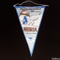 Coleccionismo deportivo: BANDERÍN TELA, ESQUI VII TROFEO BAIXA COM PUGUIS. NURIA, O. SINDICAL EDUCACIÓN Y DESCANSO, 3-5-1964.. Lote 134449294