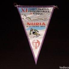 Coleccionismo deportivo: BANDERÍN TELA, XI CAMPEONATOS PROVINCIALES ESQUÍ, NURIA, O. S. EDUCACIÓN Y DESCANSO, ORIGINAL 1959. Lote 134763757
