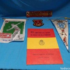 Coleccionismo deportivo: BANDERINES , PARCHE CLUB MEDINA Y LIBRETO CAMPEONATO DE ESPAÑA DE HOCKEY EN SALA FENINO 1968 VIGO.. Lote 140143852