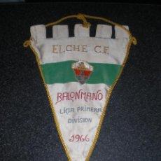 Coleccionismo deportivo: BANDERÍN ORIGINAL ELCHE CF BALONMANO 1965. Lote 143702106
