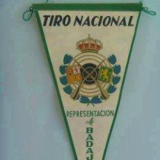 Coleccionismo deportivo: BANDERIN DEL TIRO NACIONAL . REPRESENTACION DE BADAJOZ. Lote 147475430