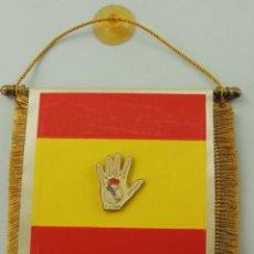 Coleccionismo deportivo: BANDERÍN DE COLORES DE ESPAÑA Y PIN DE REAL MADRID . Lote 153746754