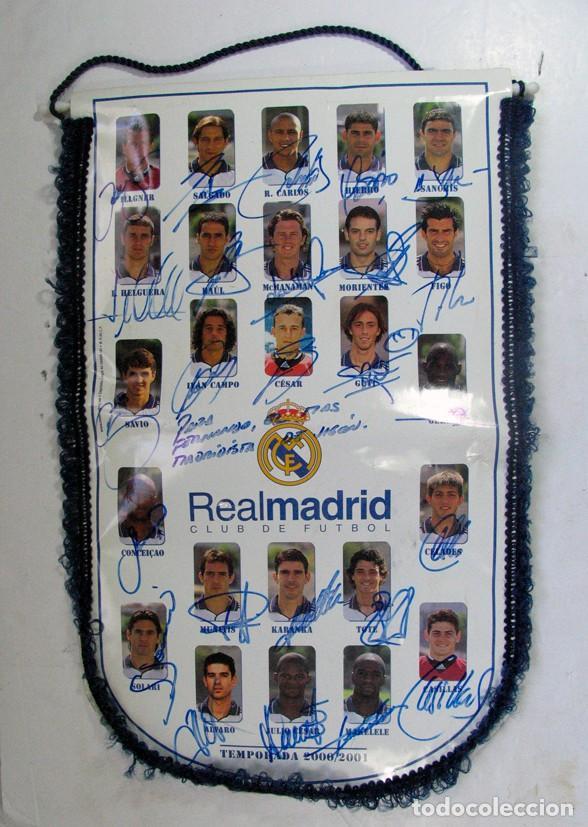 BANDERIN OFICIAL REAL MADRID. TEMPORADA 2000 – 2001 DEDICADA Y FIRMADA POR TODOS LOS JUGADORES. (Coleccionismo Deportivo - Banderas y Banderines otros Deportes)