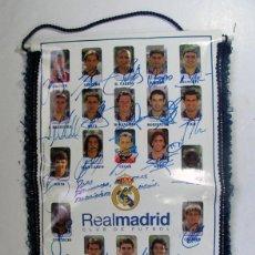 Coleccionismo deportivo: BANDERIN OFICIAL REAL MADRID. TEMPORADA 2000 – 2001 DEDICADA Y FIRMADA POR TODOS LOS JUGADORES. . Lote 157043586