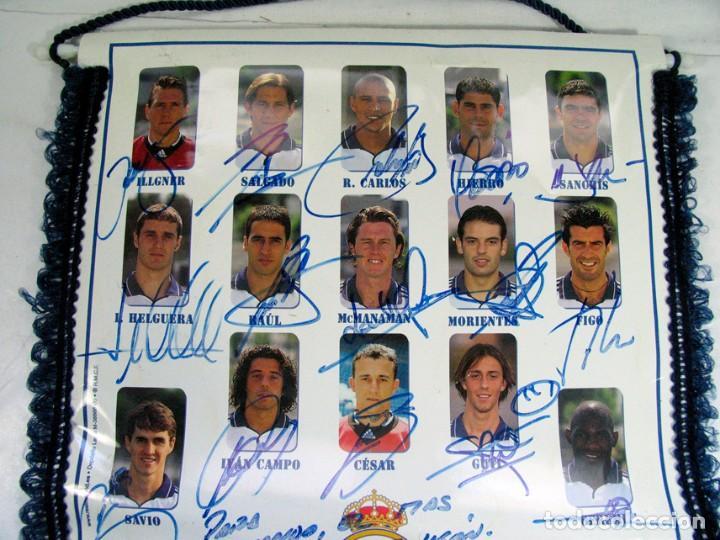 Coleccionismo deportivo: BANDERIN OFICIAL REAL MADRID. TEMPORADA 2000 – 2001 DEDICADA Y FIRMADA POR TODOS LOS JUGADORES. - Foto 2 - 157043586