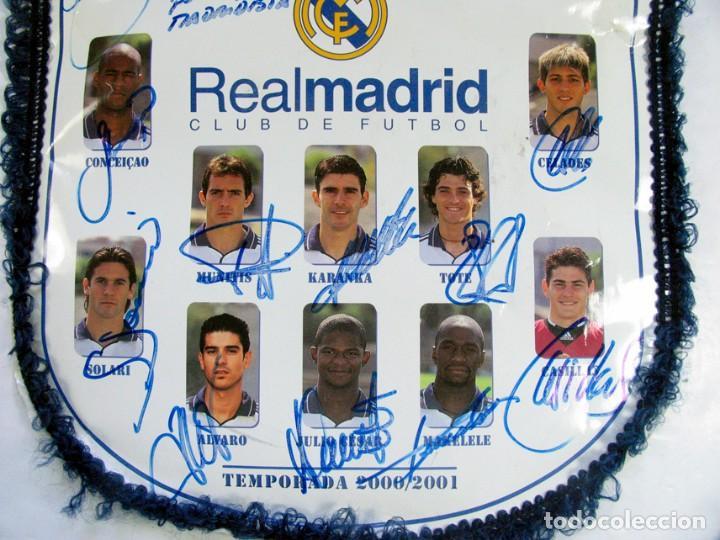 Coleccionismo deportivo: BANDERIN OFICIAL REAL MADRID. TEMPORADA 2000 – 2001 DEDICADA Y FIRMADA POR TODOS LOS JUGADORES. - Foto 3 - 157043586