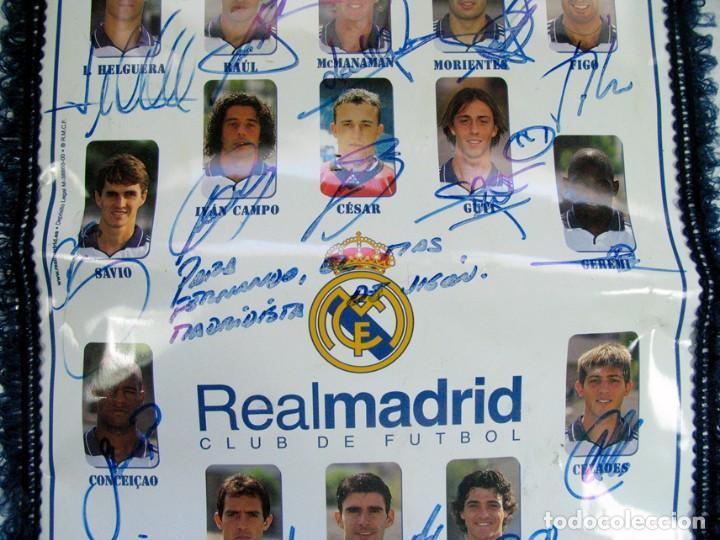 Coleccionismo deportivo: BANDERIN OFICIAL REAL MADRID. TEMPORADA 2000 – 2001 DEDICADA Y FIRMADA POR TODOS LOS JUGADORES. - Foto 4 - 157043586