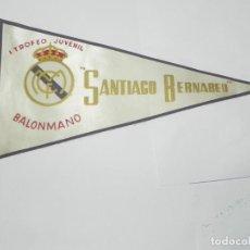 Coleccionismo deportivo: BANDERIN DEL I TROFEO JUVENIL DE BALONMANO 1959, SANTIAGO BERNABEU, REAL MADRID, MIDE 27 CMS. DE LON. Lote 170505220