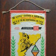 Coleccionismo deportivo: BANDERIN BODAS DE ORO, 50 VOLTA CICLISTA A CATALUNYA, U.D. SANTS BARCELONA, 1970. Lote 171487283
