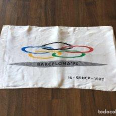 Coleccionismo deportivo: ESPECTACULAR BANDERA ATLANTIDA DARO OFICIAL OLIMPIADAS BARCELONA 92 PRE-COMITE ORGANIZADOR. Lote 174470568