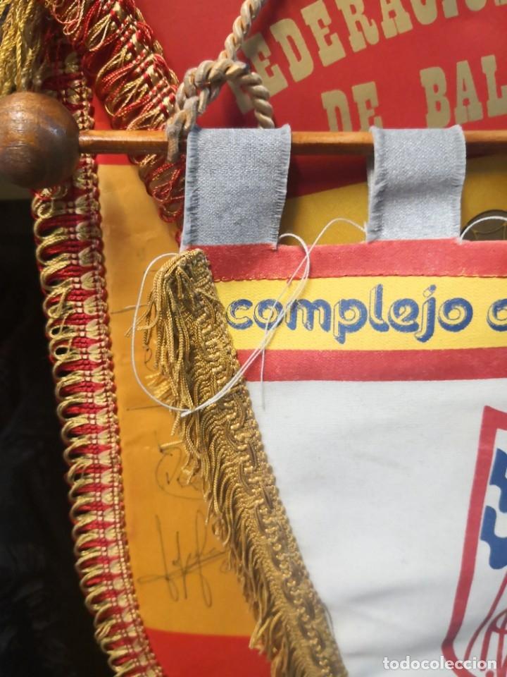 Coleccionismo deportivo: Antiguo banderín en tela y Bara de madera MONTESSORI PALAU GIRONA COMPLEJO CULTURAL DEPORTIVO 45x20 - Foto 2 - 175656577