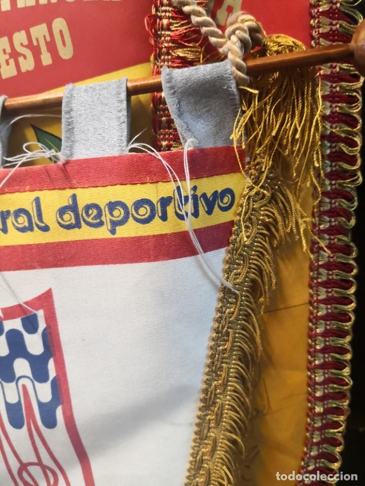 Coleccionismo deportivo: Antiguo banderín en tela y Bara de madera MONTESSORI PALAU GIRONA COMPLEJO CULTURAL DEPORTIVO 45x20 - Foto 3 - 175656577