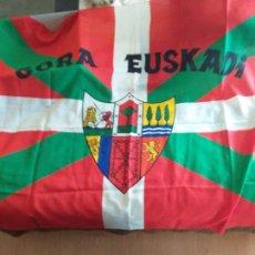 Coleccionismo deportivo: IKURRIÑA: GORA EUSKADI + GORRO: GORA EUSKADI. Lote 178975381