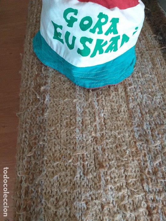 Coleccionismo deportivo: IKURRIÑA: gora euskadi + GORRO: gora euskadi - Foto 3 - 178975381
