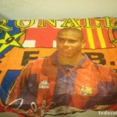 Coleccionismo deportivo: RONALDO FC BARCELONA FUTBOL FOOTBALL BANDERA FLAG . Lote 179242595