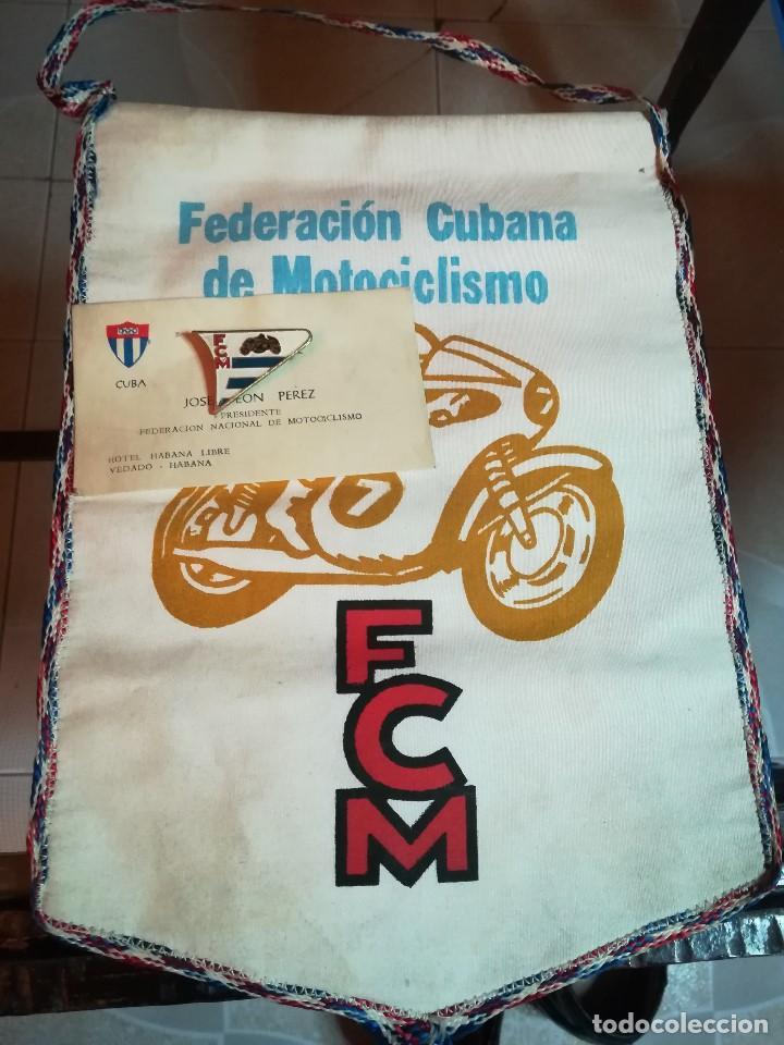 ANTIGUO BANDERÍN FEDERACÍÓN CUBANA DE MOTOCICLISMO+ PIN INSIGNIA FEDERACIÓN+TARJETA DEL PRESIDENTE (Coleccionismo Deportivo - Banderas y Banderines otros Deportes)