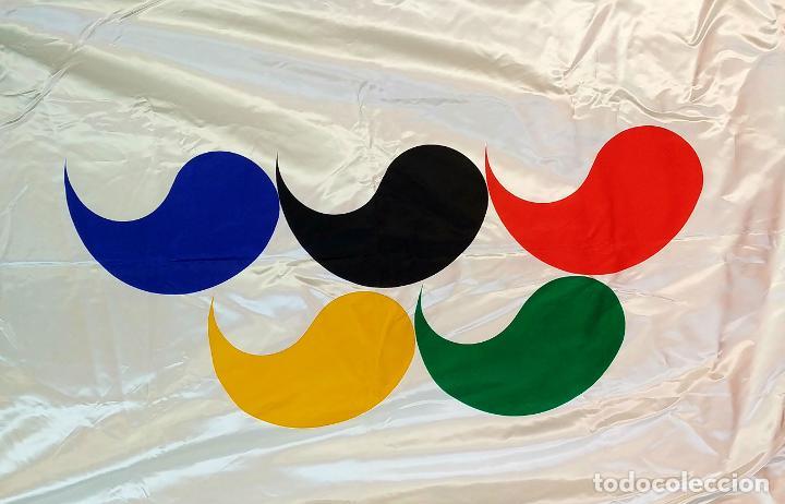 BANDERA OLÍMPICA (?). BARCELONA 92 (?).TEJIDO SATINADO. MARCA SOSA DIAS. ESPAÑA. CIRCA 1992 (Coleccionismo Deportivo - Banderas y Banderines otros Deportes)