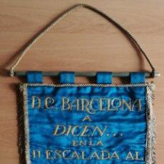Coleccionismo deportivo: BANDERÍN D.C. BARCELONA A DICEN... EN LA II ESCALADA CASTILLO DE MONTJUICH S.C.B. 12-X-1965 CICLISMO. Lote 194117603