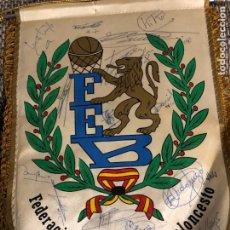 Coleccionismo deportivo: BANDERIN DE LA FEDERACION ESPAÑOLA BALONCESTO FIRMADO JUGADORES. Lote 203388828