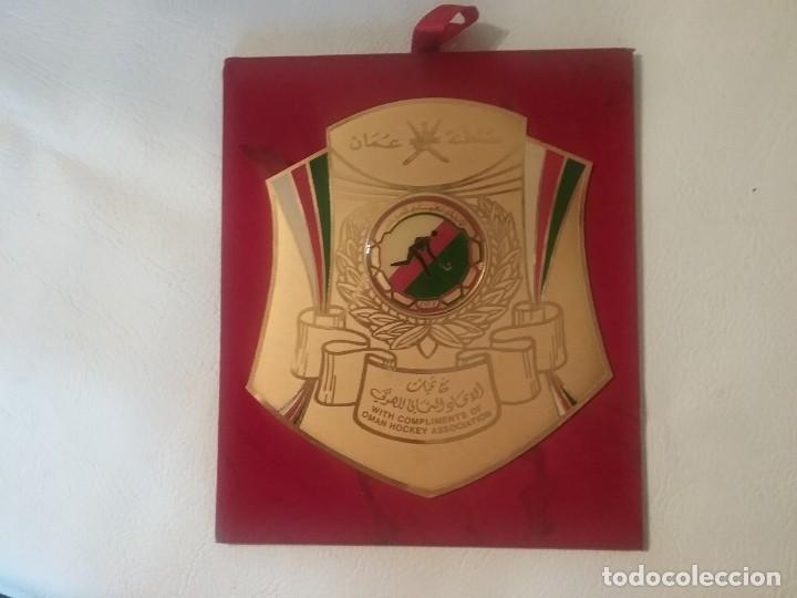 BANDERÍN CUADRO DE HOCKEY OMAN EN GOLDPLATED 23K CON SELLO EN EL REVERSO. (Coleccionismo Deportivo - Banderas y Banderines otros Deportes)