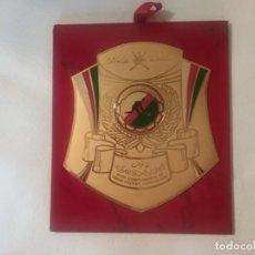 Coleccionismo deportivo: BANDERÍN CUADRO DE HOCKEY OMAN EN GOLDPLATED 23K CON SELLO EN EL REVERSO.. Lote 203804470