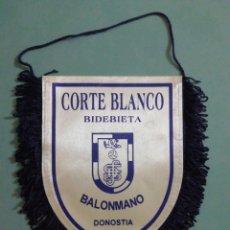 Coleccionismo deportivo: BANDERIN CORTE BLANCO BIDEBIETA BALONMANO - DONOSTIA. Lote 205172093