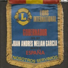 Coleccionismo deportivo: BANDERÍN: LIONS INTERNATIONAL . GOBERNADOR, JUAN ANDRÉS MELIAN GARCÍA. ESPAÑA.(C/A45). Lote 211527060
