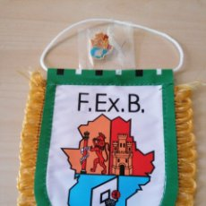 Coleccionismo deportivo: BANDERÍN + PIN FEDERACIÓN EXTREMEÑA DE BALONCESTO. Lote 226292200