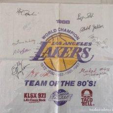 Coleccionismo deportivo: NBA LOS ÁNGELES LAKERS 1988 AUTOGRAFOS DE PRACTICAMENTE TODA LA PLANTILLA - PIEZA DE MUSEO. Lote 229572275
