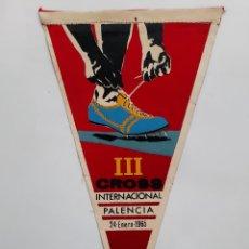 Coleccionismo deportivo: ANTIGUO BANDERIN TELA III CROSS INTERNACIONAL PALENCIA 24 ENERO 1965 RV. Lote 236124650