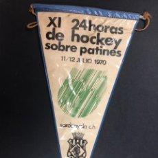Collezionismo sportivo: ANTIGUO BANDERIN HOCKEY PATINES XI 24 HORAS DE HOCKEY SOBRE PATINES SARDANYOLA 1970. Lote 237270280