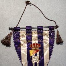 Collezionismo sportivo: BANDERÍN REAL VALLADOLID DEPORTIVO A LA PEÑA MADRIDISTA EL PORTILLO, 1956.. Lote 237950320