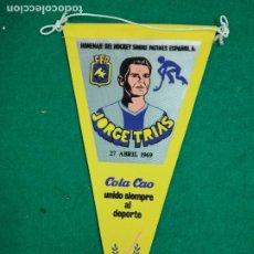 Coleccionismo deportivo: BANDERIN HOMENAJE DEL HOCKEY SOBRE PATINES ESPAÑOL A JORGE TRIAS 27 ABRIL 1969. COLA CAO. Lote 238596500
