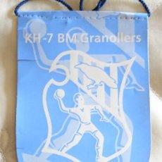 Coleccionismo deportivo: BANDERÍN DE DEPORTES. BALONMANO. KH-7 BM GRANOLLERS. 13CM. Lote 286013523