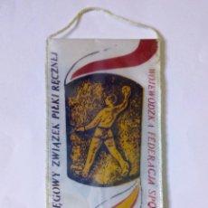 Coleccionismo deportivo: BANDERÍN TORNEO CIRCULAR DE BALONMANO FEDERACIÓN TARNÓW, POLONIA - AROS OLÍMPICOS. Lote 288207588