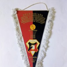 Coleccionismo deportivo: MAGNÍFICO BANDERÍN SPARTAKIADA COMUNISTA CAMPEONATO DE BALONCESTO EN SCZECIN, POLONIA 1980. Lote 288212783