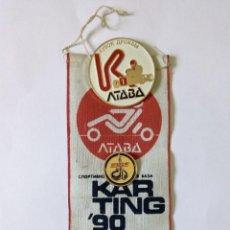 Coleccionismo deportivo: ANTIGUA URSS BANDERÍN Y CHAPAS PIN CAMPEONATO DE KARTING '90 EN POLTAVA ACTUALMENTE UCRANIA. Lote 288221053