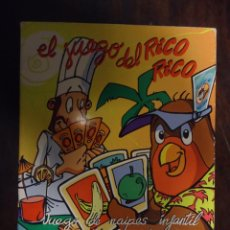 Barajas de cartas: NAIPES FOURNIER EL JUEGO DEL RICO RICO KARLOS ARGUIÑANO INCLUYE REGLAMENTO Y RECETAS CAJA CARTÓN. Lote 46990994