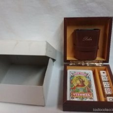 Barajas de cartas: CAJA DE MADERA CON BARAJA DE CARTAS CLÁSICA HERACLIO FOURNIER , DADOS DE POKER Y CUBILETE . Lote 58533100