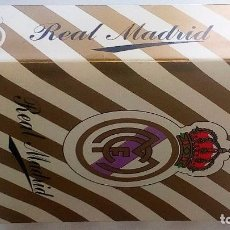 Barajas de cartas: REAL MADRID-FULTBOL-CAJA CON ESTUCHE REGALO :JUEGO MUS+BARAJA FOURNIER+PITAS(DORSO REAL MADRID). Lote 98852086