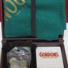 Barajas de cartas: JUEGO DE CARTAS GORDON'S - BARAJA ESPAÑOLA, ESTUCHE Y ACCESORIOS. Lote 101384115