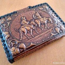 Baralhos de cartas: FUNDA PORTA CARTAS DE PIEL REPUJADA DON QUIJOTE 10,5 X 8 X 2 CM (APROX). Lote 182859176
