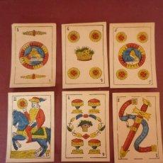 Barajas de cartas: BARAJA 48 CARTAS 1885. PINTADA A MANO. 1 Y 5 DE OROS 'LEÓN'. A TODOS ALUMBRA. FÁBRICA DE BARCELONA.. Lote 183626357