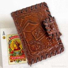 Barajas de cartas: ANTIGUO ESTUCHE PARA BARAJA-NAIPES. CUERO REPUJADO VINTAGE. Lote 194266132