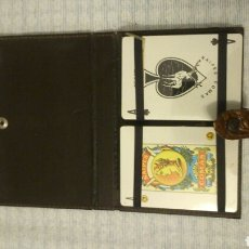 Barajas de cartas: PAREJA DE BARAJAS DE CARTAS, EN ESTUCHE DE MATERIAL REPUJADO. DE POKER Y ESPAÑOLA. Lote 194732332