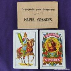 Barajas de cartas: PUBLICIDAD PROPAGANDA PARA ESCAPARATES. NAIPES GRANDES DE FOURNIER. AÑOS 40-50.. Lote 204118445