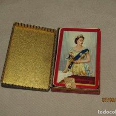 Barajas de cartas: JUEGO DE CARTAS POKER CON DORSO REINA ISABEL II DE INGLATERRA ORLA BURDEOS DE WADDINGTON'S 1950S.. Lote 208140625